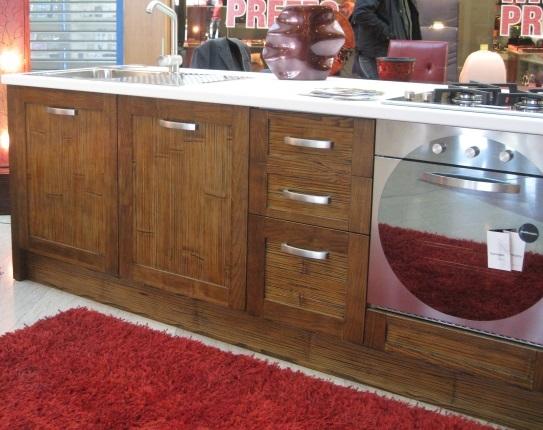 Cucina in legno crash bambu con piano top stone white cucine a prezzi scontati - Top cucina stone ...