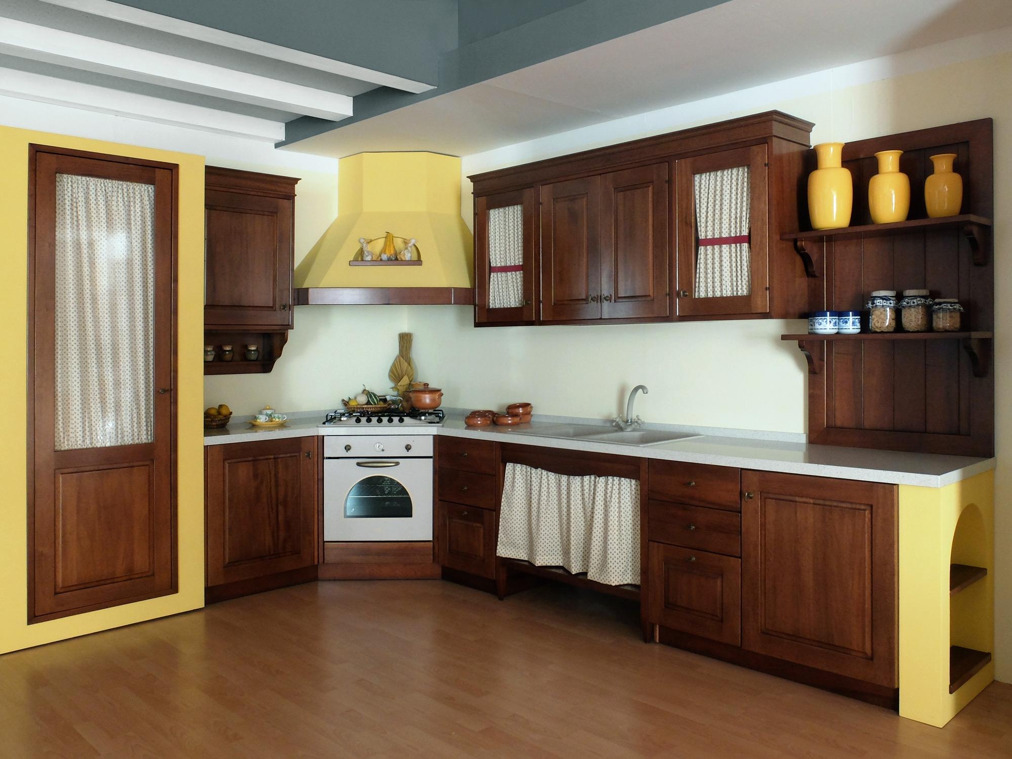 Cucina in legno noce massiccio con struttura in finta - Bagno finta muratura ...