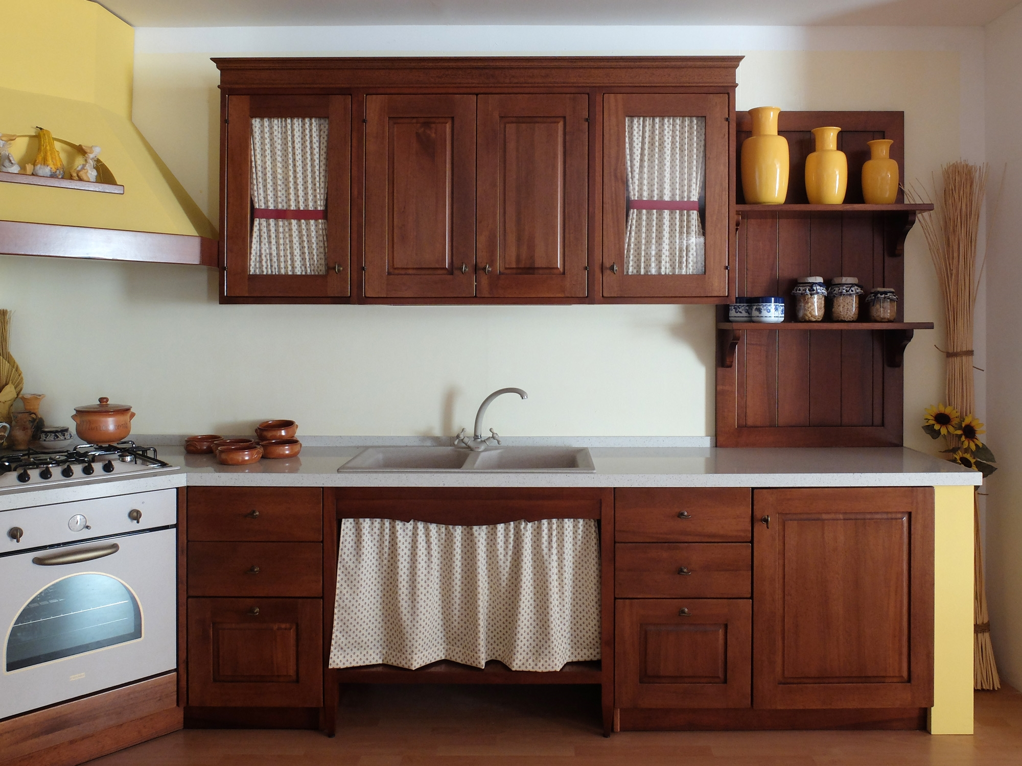 Cucina in legno noce massiccio con struttura in finta - Tendine per cucina ...