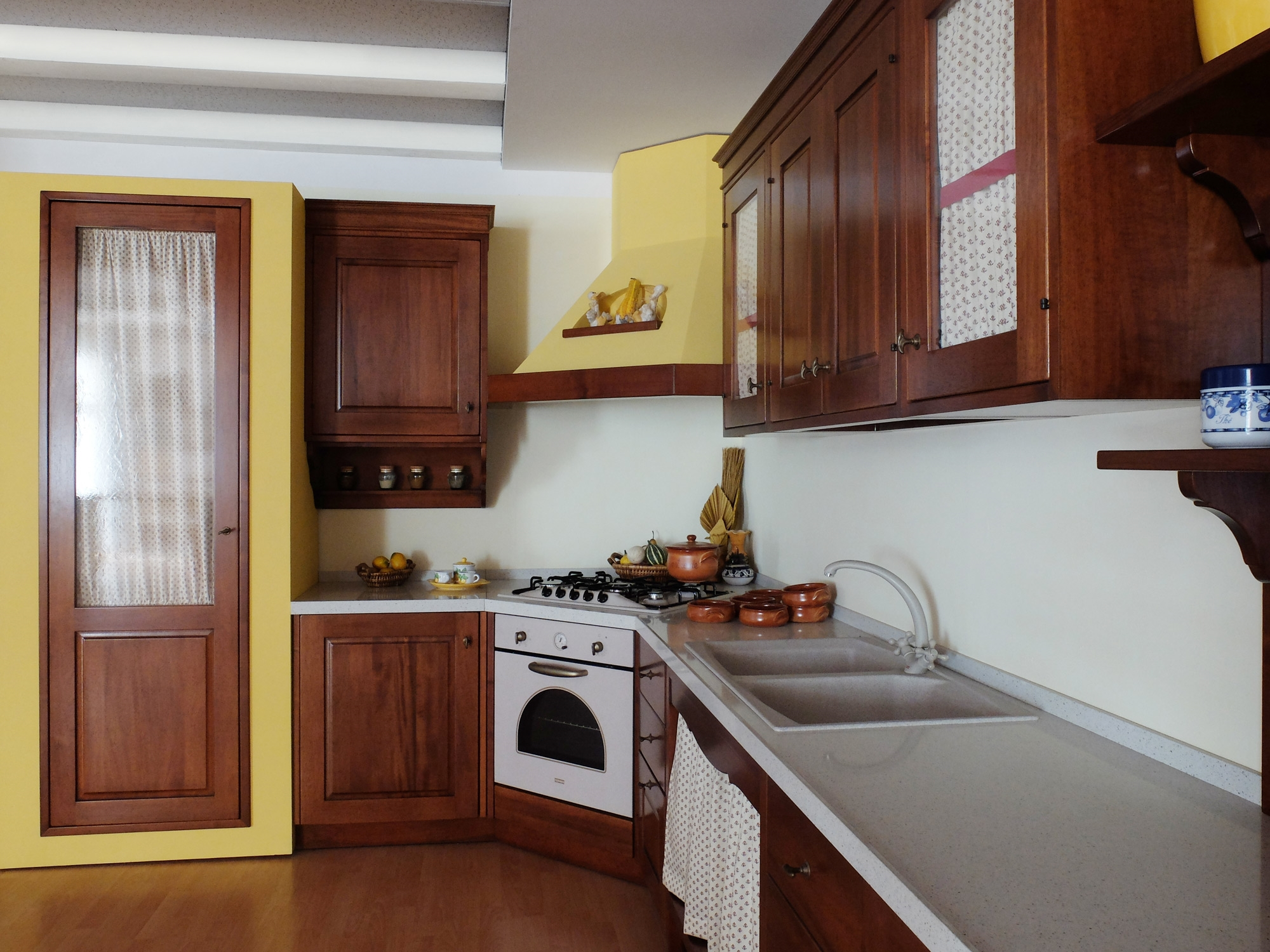 Cucina in legno noce massiccio con struttura in finta muratura cucine a prezzi scontati - Cucina finta muratura ikea ...