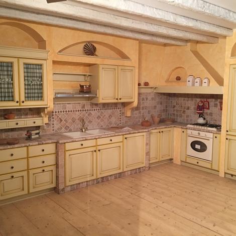 Cucina in muratura angolare ante legno laccato crema con profili giallo scontata del 60 - Verniciare ante cucina legno ...