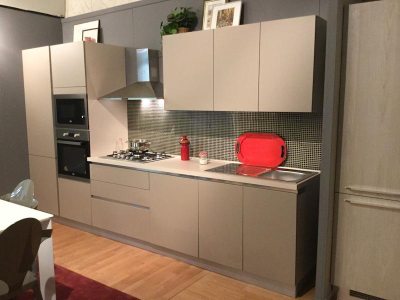 Cucina lineare in promozione con ante colore tortora for Cucina tortora