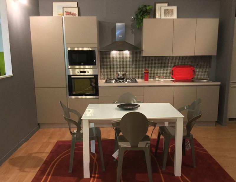 Cucina lineare in promozione con ante colore tortora - Cucina con elettrodomestici ...