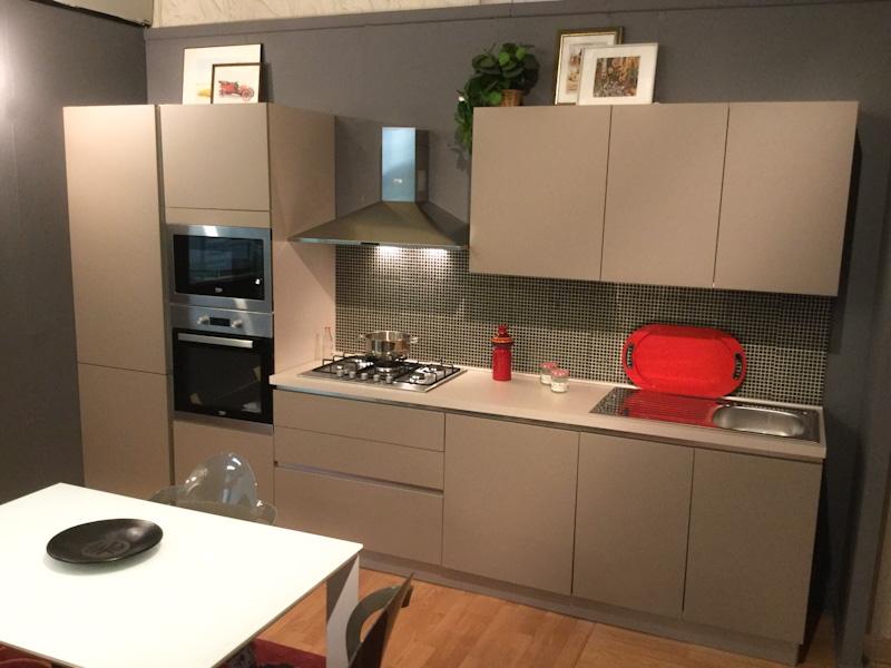 Cucina lineare in promozione con ante colore tortora effetto seta completa di elettrodomestici - Prezzi ante cucina ...