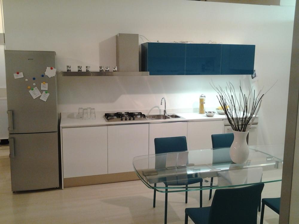 Cucina in vetro scontatissima piano in quarzo cucine a - Quarzo piano cucina ...