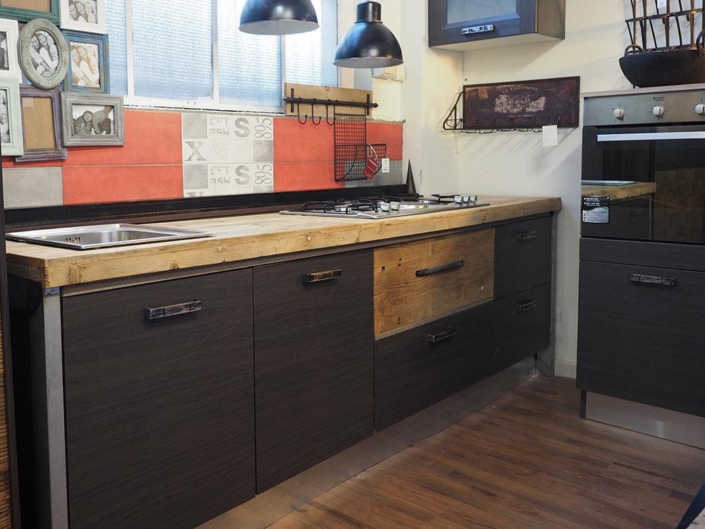 Cucina industrial chic moderna con colonna angolo top legno massello o cemento dogato cucine a for Piano cucina in cemento