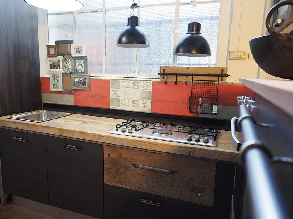 Cucina industrial chic moderna con colonna angolo top legno ...