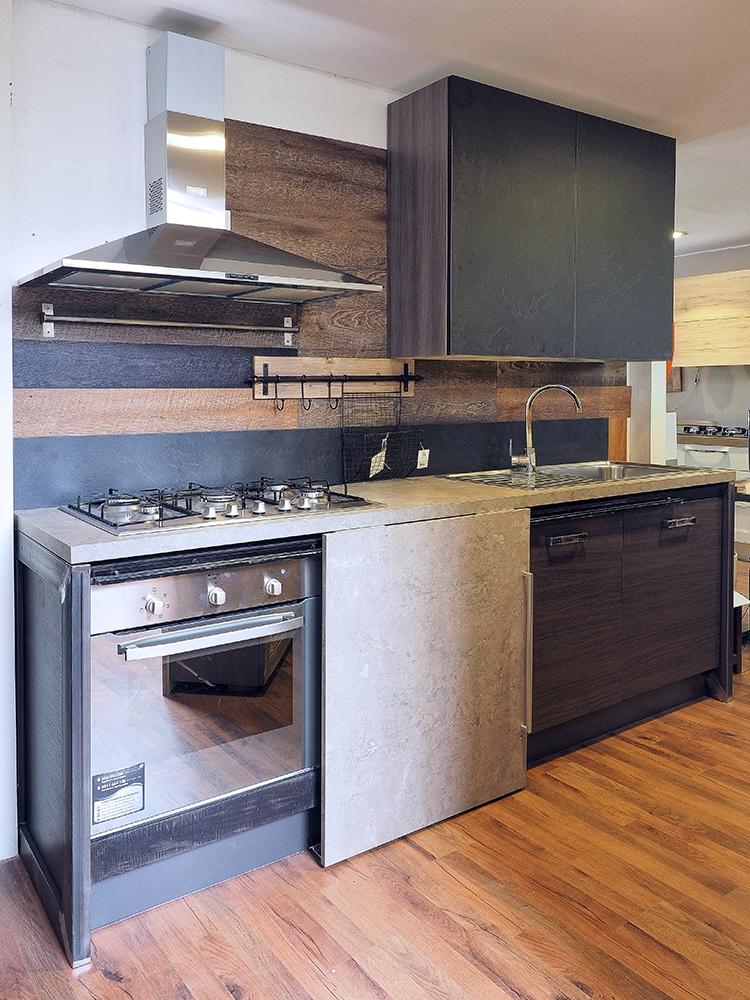 Cucina industrial living con anta scorrevole e top savana for Cucina living