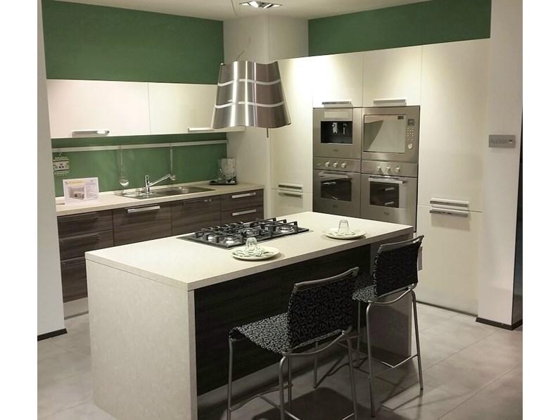 Cucina isola alessia lube sottocosto for Cucina a concetto aperta con isola