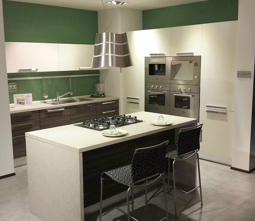 Cucina isola alessia lube sottocosto cucine a prezzi for Costo isola cucina