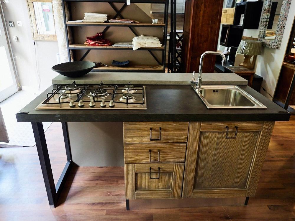 cucina isola vintage shabby grey con lavello e piano cottura in ...