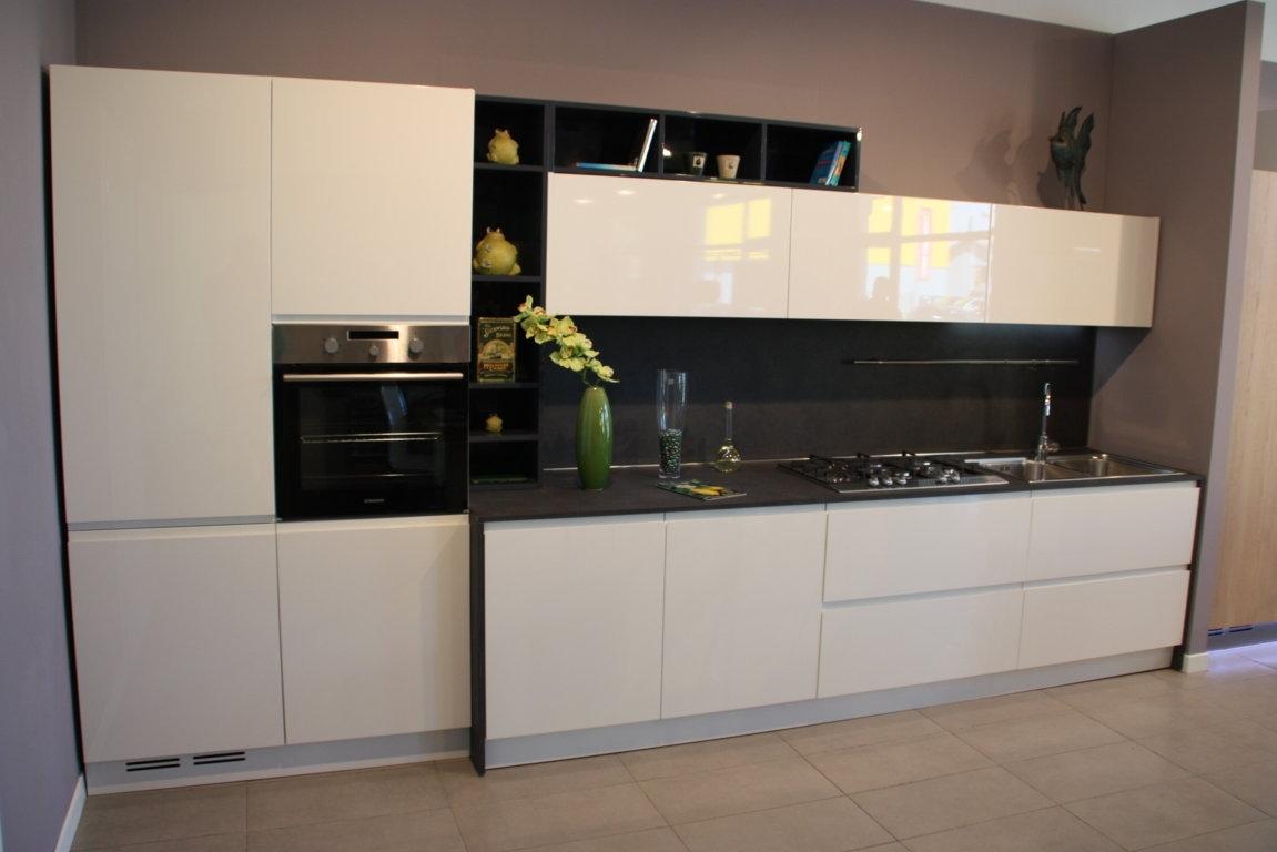 Cucina laccata bianca lucida cucine a prezzi scontati for Cucina moderna bianca lucida