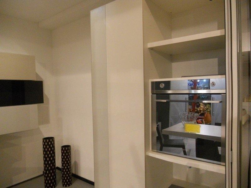 Cucina Lago 368 vetro sospesacomposizione lineare con colonne frigo e ...