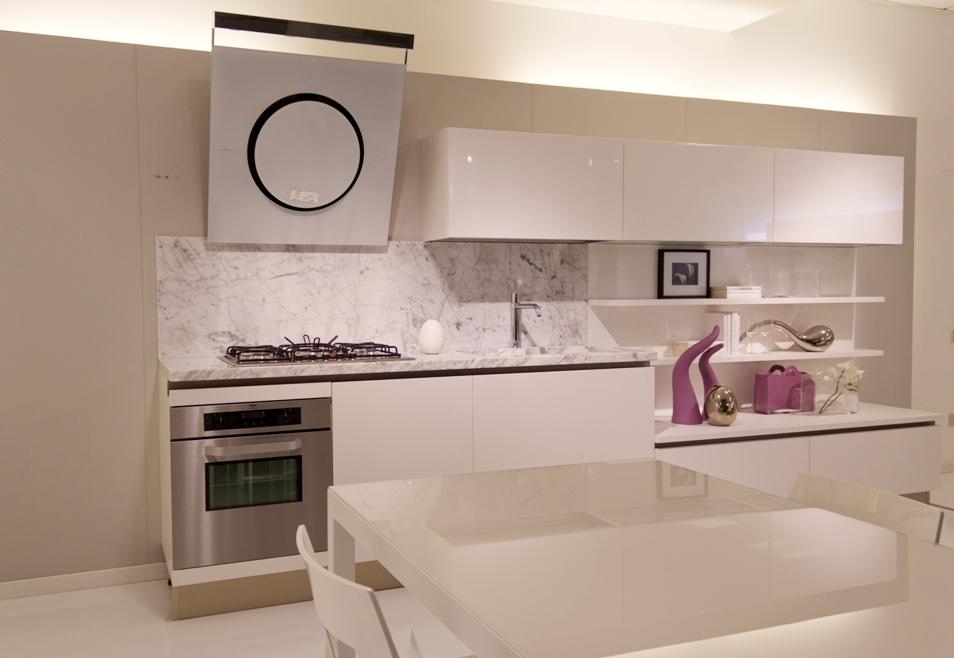 Cucina naik laccata bianco poro aperto piano marmo bianco - Piano cucina marmo ...
