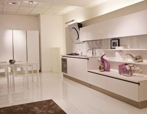 Cucina Naik laccata bianco poro aperto, piano marmo bianco di Carrara