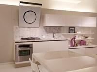 Cucina Naik laccata bianco poro aperto, piano marmo bianco di ...