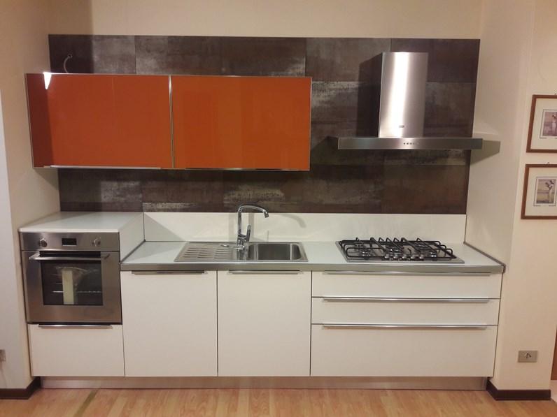 Cucina lineare in laminato bianco lucido e pensili in vetro laccato arancio a prezzo scontato - Laminato in cucina ...