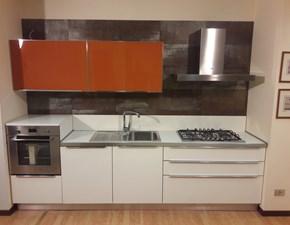 Cucina lineare in laminato bianco lucido e pensili in vetro laccata arancio in offerta