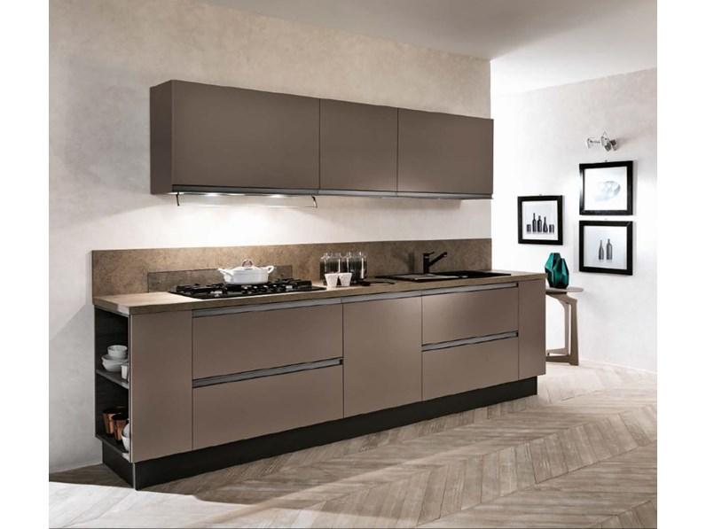 cucina lineare con colonne frigo e forno laccata opaca bronzo con gola