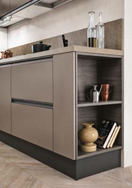 Cucina lineare con colonne frigo e forno laccata opaca bronzo con ...