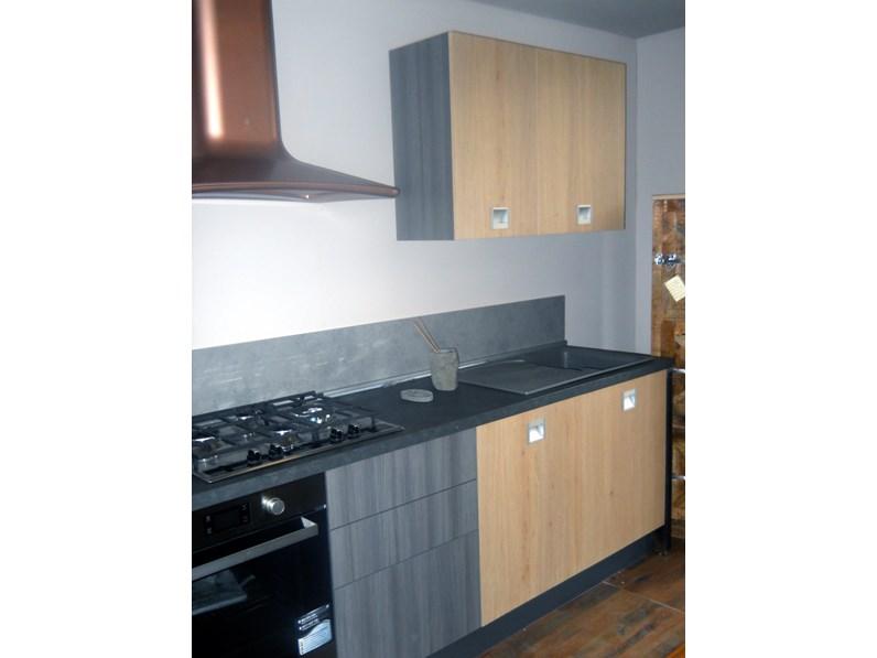 Cucina lineare essenza legno e grigia in offerta outlet for Cucina lineare offerta