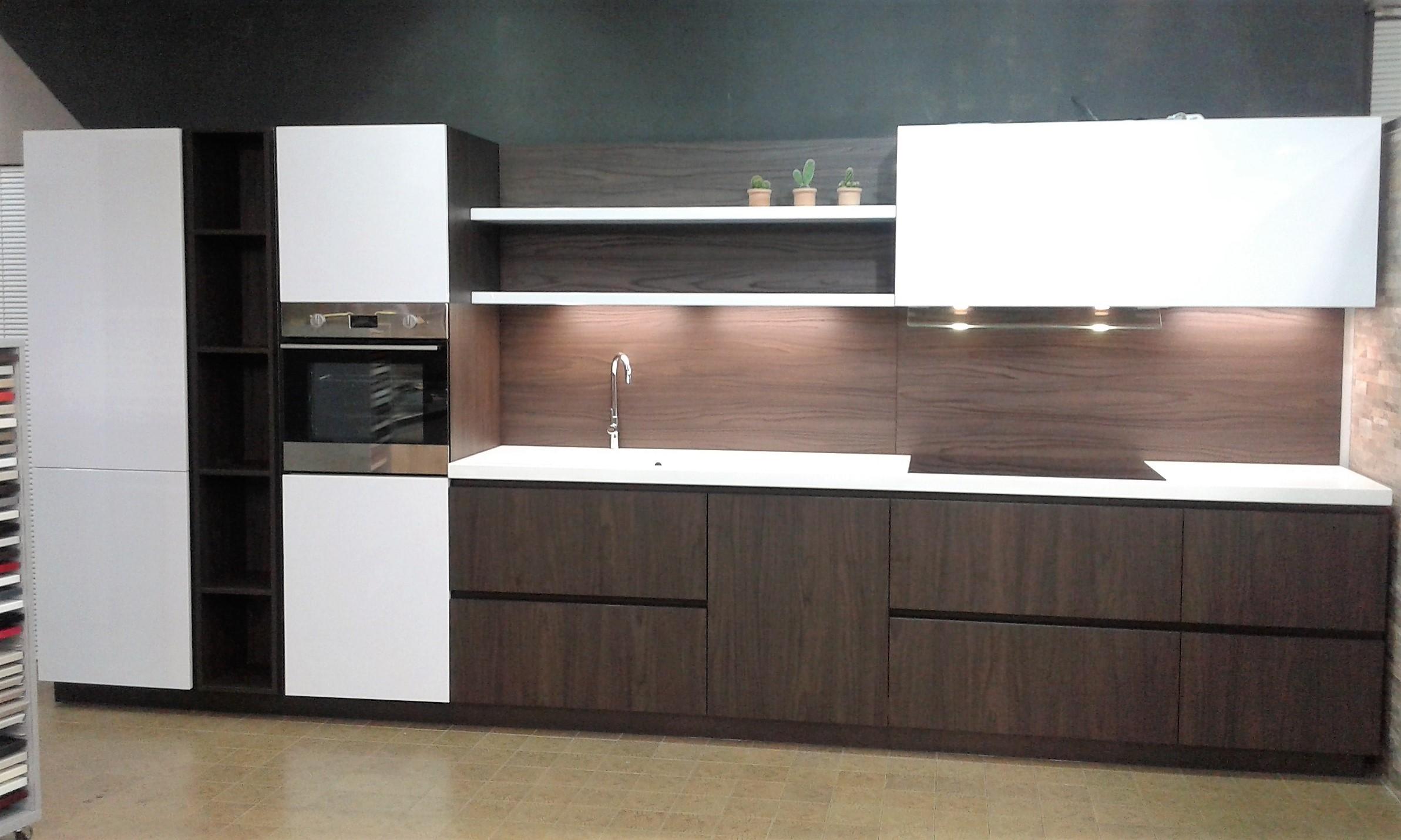 Cucina lineare finitura olmo dark e laccata bianca lucida scontata cucine a prezzi scontati - Cucina bianca lucida ...