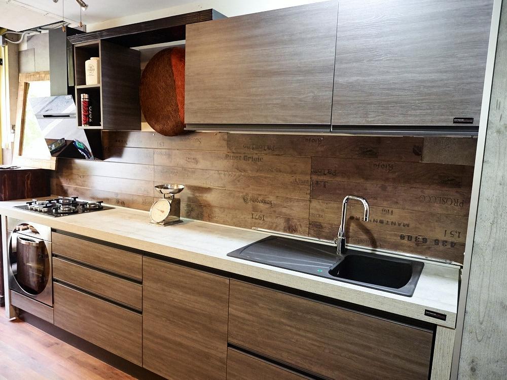 Cucina lineare moderna gola grigia e brown completa di - Disposizione elettrodomestici cucina ...