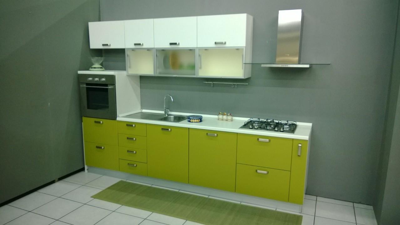 Cucina lineare scontatissima cucine a prezzi scontati - Cucina verde acido ...