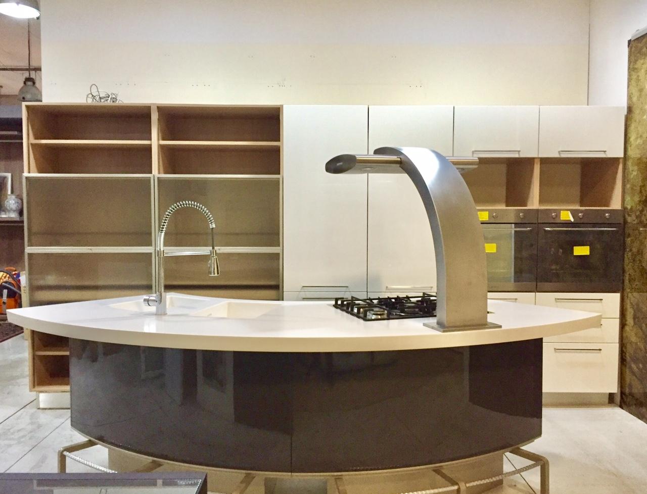 Cucina lube mod marta lucido bianco e grigio piano in - Piano cucina in corian prezzi ...