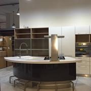 Cucina Lube Modello Marta Lucido Bianco e Grigio Ferro - Piano in corian - ad Isola stondata e banco snack con parete colonne lineare