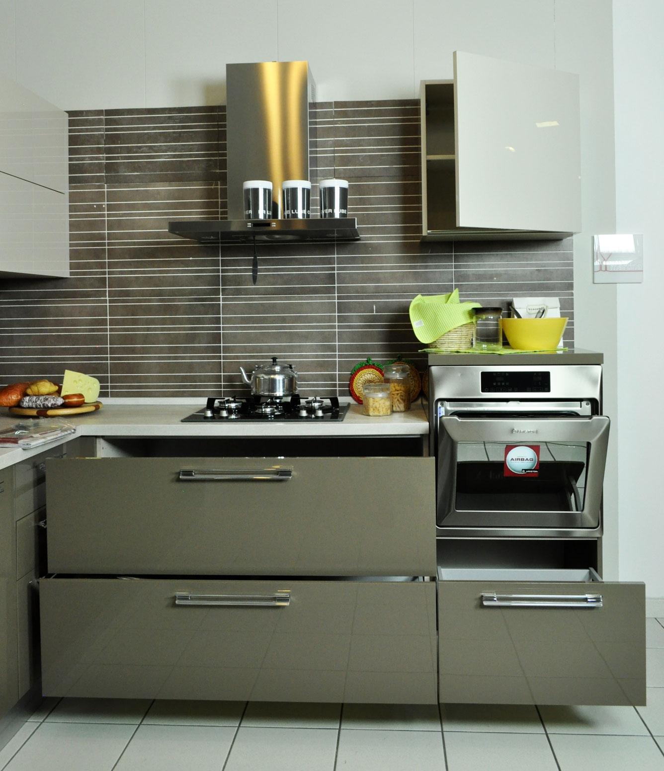 Cucina lube modello martina angolare laccata lucida e - Elettrodomestici cucina ...