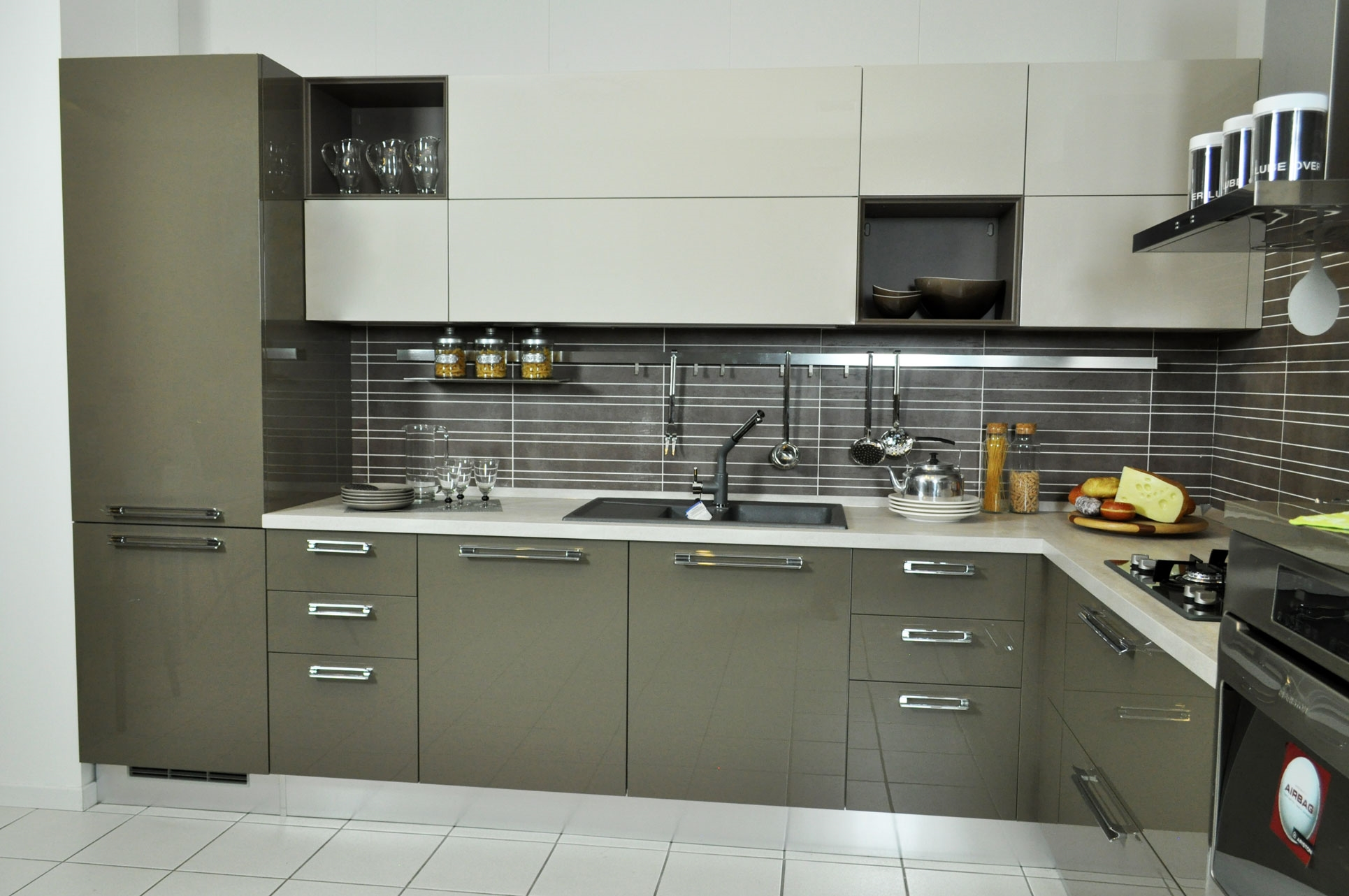 Cucina lube modello martina angolare laccata lucida e - Disposizione elettrodomestici cucina ...