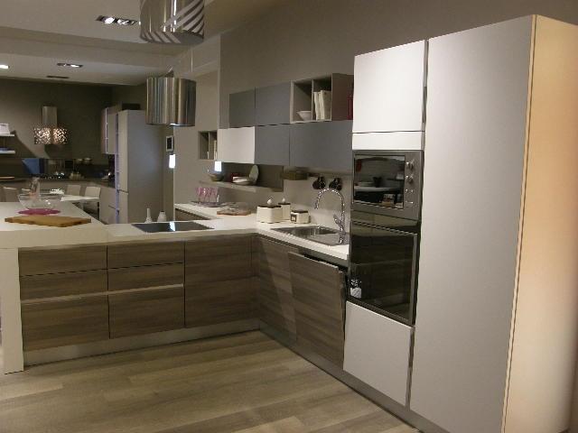 Cucina lube moderna con penisola modello essenza scontata del 50 ...