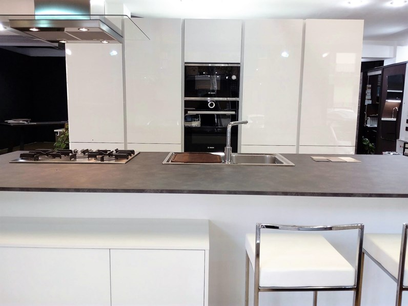 Cucina lucenta moderna bianca ad isola home cucine - Cucina bianca moderna con isola ...