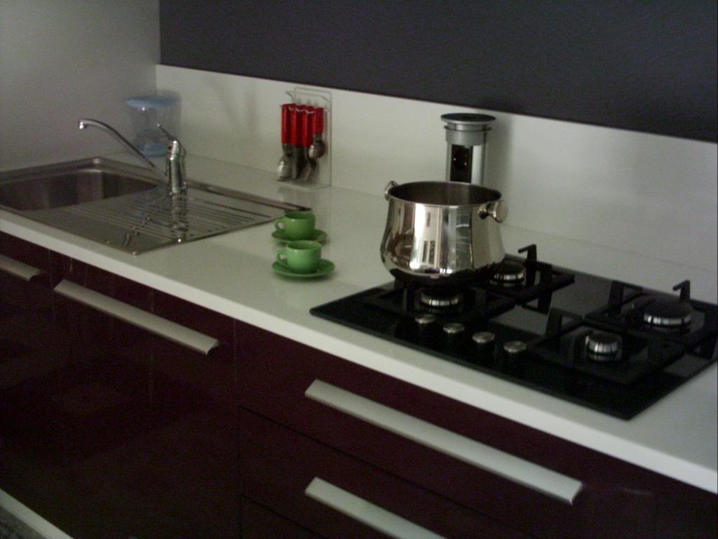 Cucina lucida melanzana bianco cucine a prezzi scontati for Piani cucina laminato