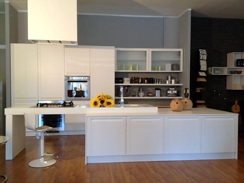Cucina con isola madeira di copat in rovere poro aperto bianco for Outlet arredamento cucine