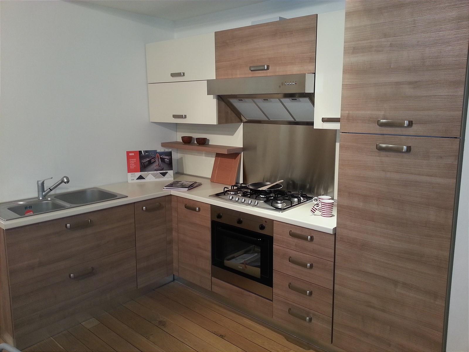 Mk cucine cucina 023 con maniglia scontato del 81 - Disposizione cucina ad angolo ...
