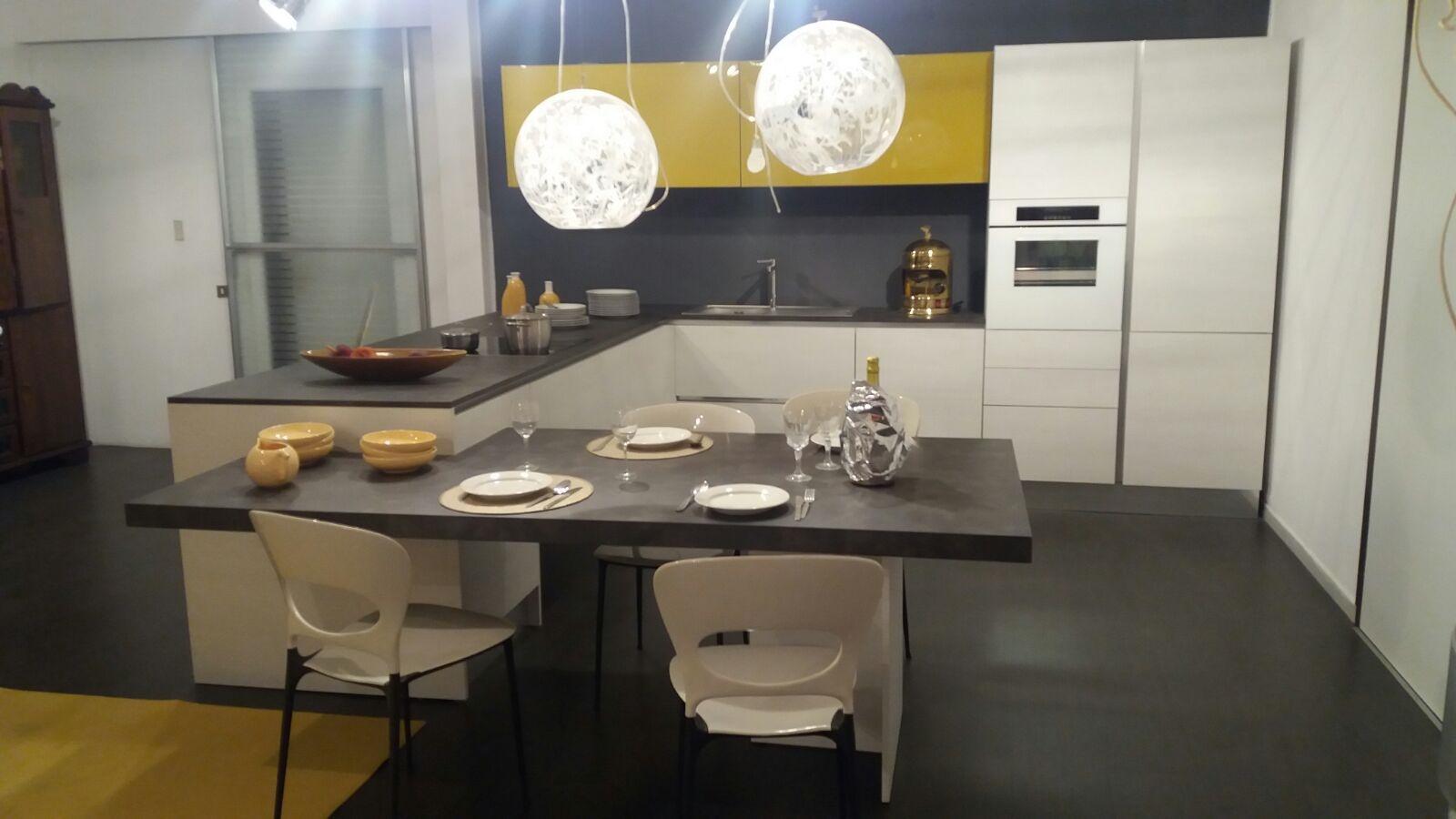 cucina modello city ray bianco opaco con pensili in vetro