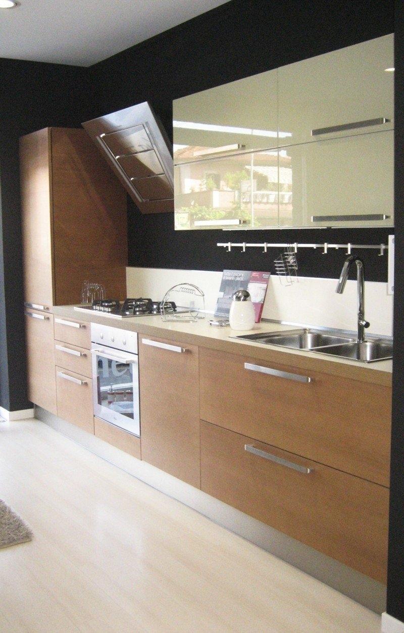 Cucina laccata modello Extra, con pensili laccati lucidi verde salvia ...