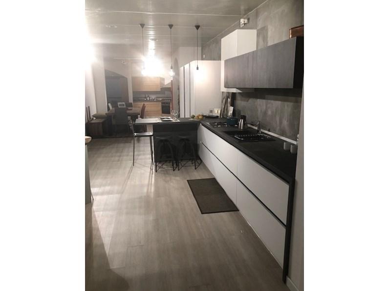 Cucina modello Laminato bianco opaco e effetto legno scuro Cucine noventa  PREZZO SCONTATO