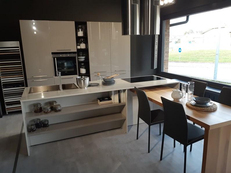 Cucina moderna ad isola arredo3 isola laccata a prezzo for Cucina isola outlet