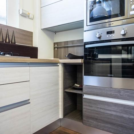 Cucina moderna angolare essenza grigia e white con colonne - Cucina moderna prezzo ...