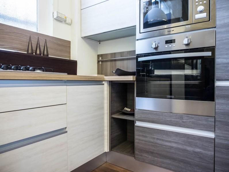 Cucina moderna angolare essenza grigia e white con colonne - Disposizione cucina ad angolo ...