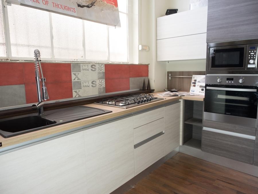 Cucina moderna angolare essenza grigia e white con colonne offerta prezzo cucine a prezzi scontati - Forno con microonde integrato ...