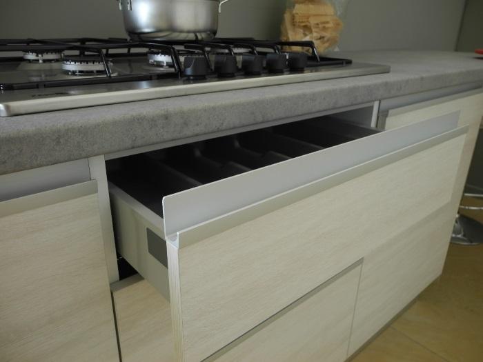 cucina moderna angolare essenza grigia e white con colonne offerta ...