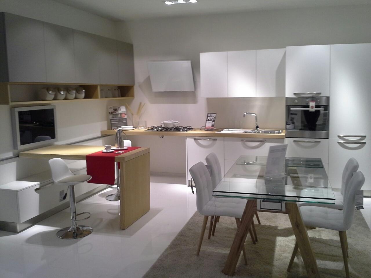Cucina moderna con bancone scorrevole cucine a prezzi scontati - Cucina angolare con penisola ...