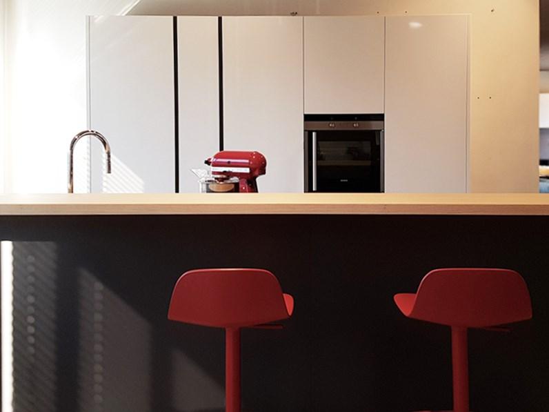 Cucina moderna con isola Artex di Varenna scontata del 43%