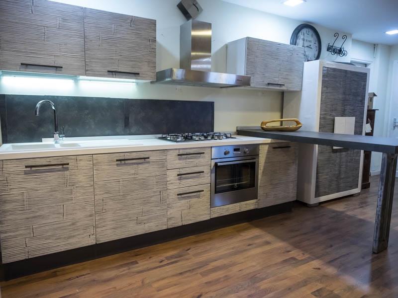cucina moderna con penisola industrial integrata ed elettrodomestici ...