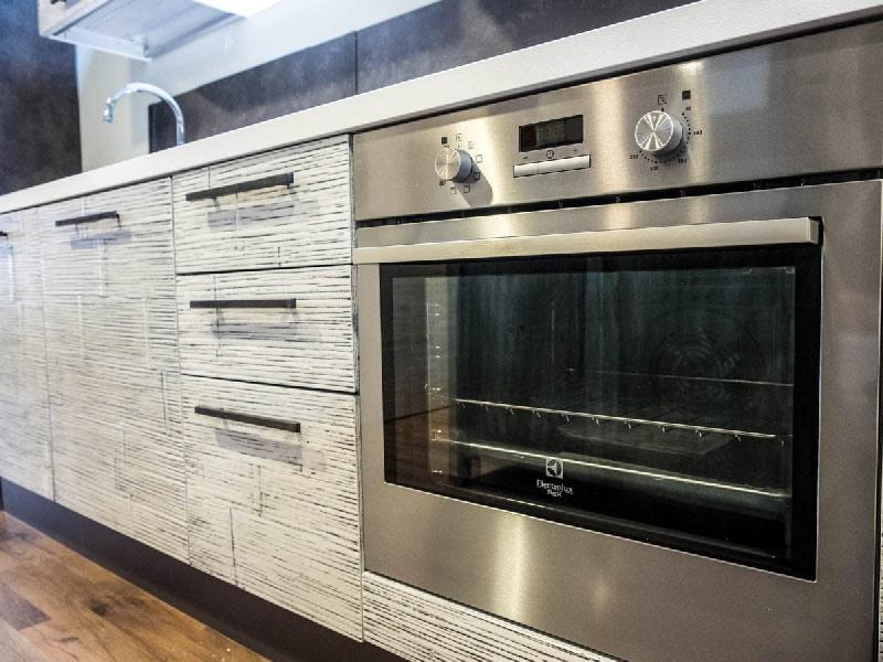 Cucina moderna con penisola industrial integrata in legno - Elettrodomestici in cucina ...