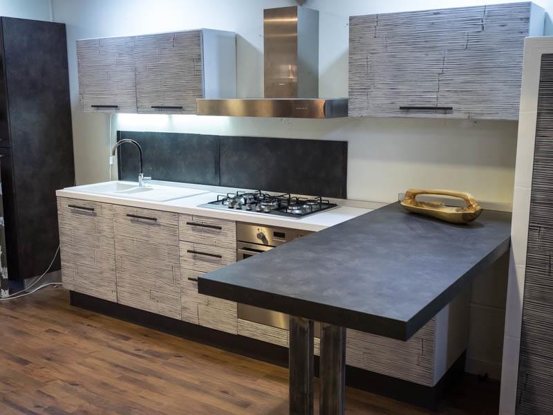 Cucina moderna con penisola top grigio scuro in legnocon elettrodomestici cucine a prezzi scontati - Cucina grigio scuro ...